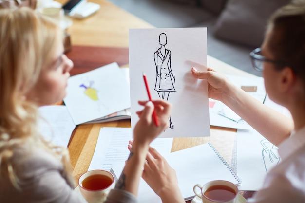 Fashion designer focalizzati sul lavoro