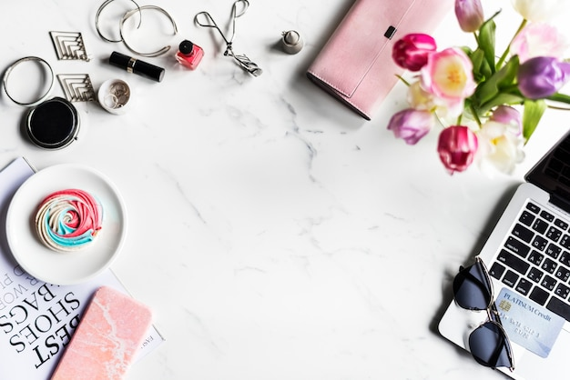 Fashionista femminile di acquisto di stile di vita della donna con fondo di marmo
