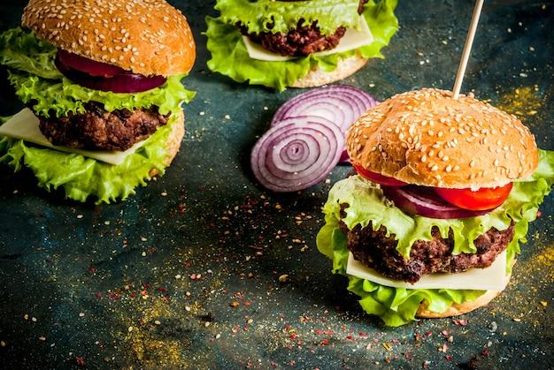 Fast food. cibo malsano. hamburger gustoso fresco delizioso con cotoletta di manzo, verdure fresche e formaggio