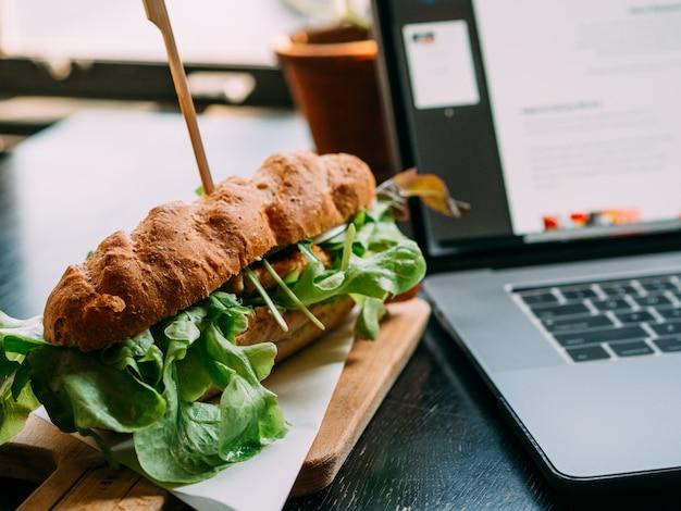 Fast food hamberger con caffè al ristorante