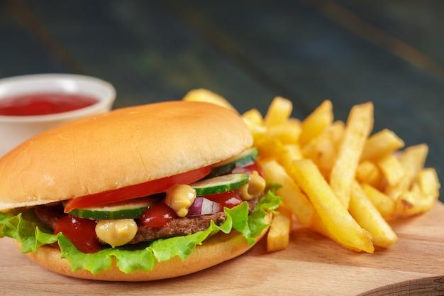 Fast food, hamburger fatti in casa su uno sfondo in legno