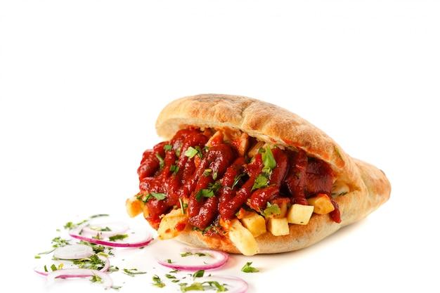 Fast food patatine fritte con carne ripiena di ketchup in un panino con cipolle. giroscopi isolati