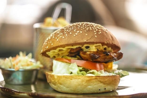 Fast food, patatine fritte con un panino in un caffè