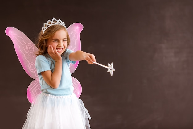 Fata regina giovane con ali rosa.