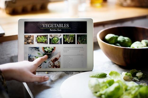 Fatti di nutrizione di verdura fresca sulla tavoletta digitale