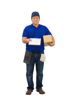 Fattorino asiatico che lavora in camicia blu con la borsa della vita per il pacchetto della tenuta della mano dell'attrezzatura e che presenta la forma di ricezione per la firma della superficie bianca isolata