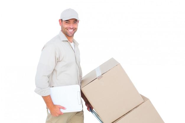 Fattorino che spinge carrello delle scatole su fondo bianco