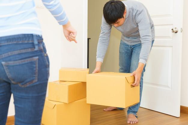 Fattorino che tiene le scatole nella casa del cliente