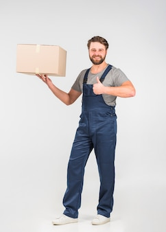 Fattorino con la grande scatola che mostra pollice su