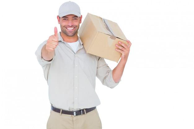 Fattorino con la scatola di cartone che gesturing i pollici su