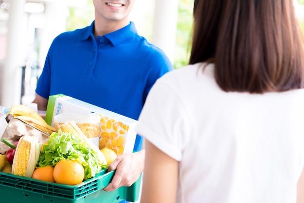 Fattorino consegna cibo a una donna