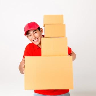 Fattorino felice con scatola. isolato su uno sfondo bianco.