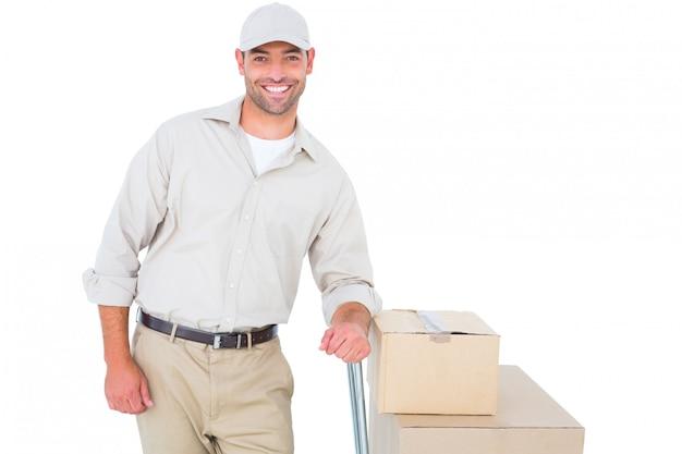 Fattorino fiducioso con scatole di cartone