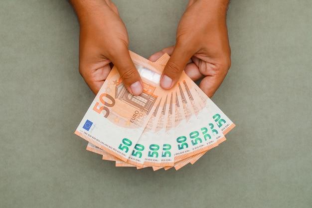 Fatture dell'euro della holding dell'uomo d'affari.