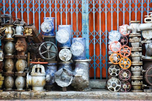 Faucet e valvola davanti al negozio di attrezzature per l'edilizia