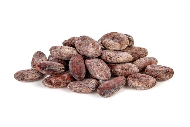 Fava di cacao isolata su bianco