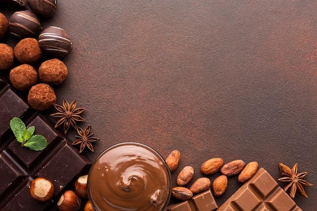 Fave di cacao con copia spazio diffuso