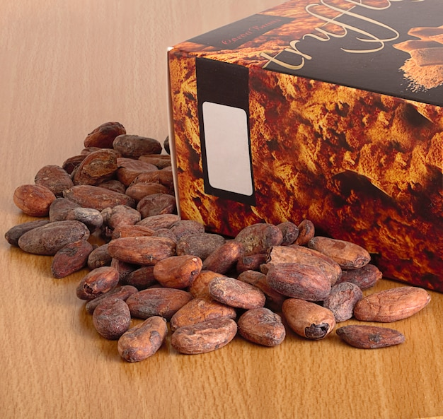 Fave di cacao e una scatola di cioccolatini