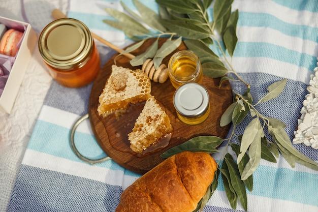 Favo del miele sul piatto di legno.
