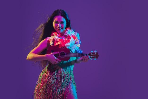Favolosa ballerina di cinco de mayo in viola al neon