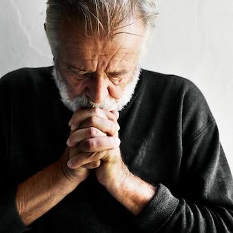 Fede di preghiera uomo anziano nella religione cristianesimo