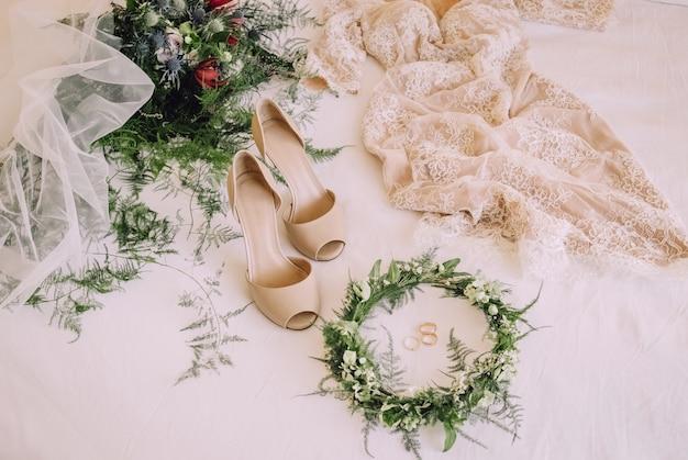 Fede nuziale decorata con corona di fiori e vestito