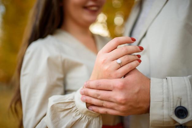 Fede nuziale sul dito di una ragazza