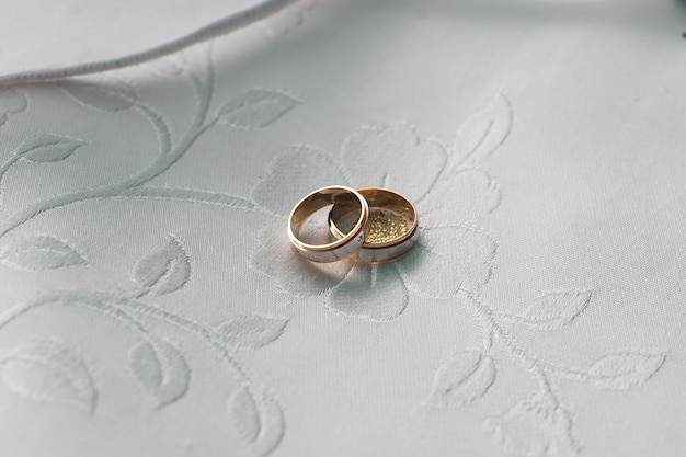Fedi nuziali come simbolo sul tavolo bianco