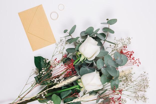 Fedi nuziali con bouquet di fiori