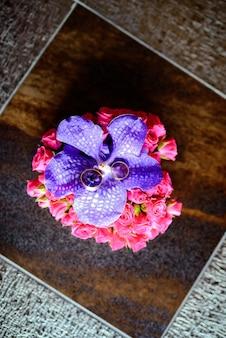 Fedi nuziali con decorazione di nozze. giorno del matrimonio