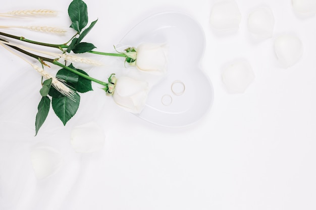Fedi nuziali con fiori