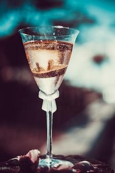 Fedi nuziali e bicchieri bicchieri di champagne con gioielli di fidanzamento