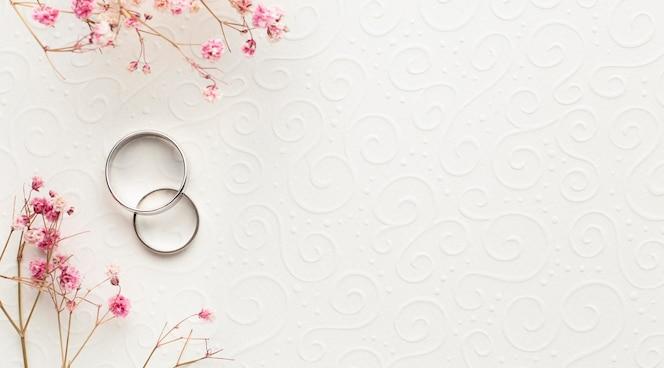 Fedi nuziali e fiori di concetto di nozze di lusso