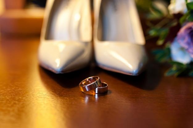 Fedi nuziali e scarpe per la sposa.
