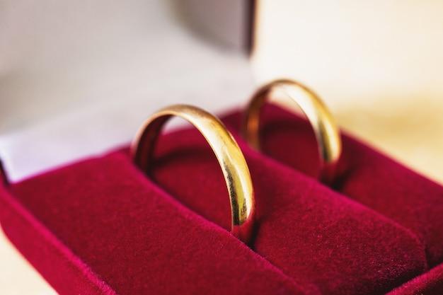 Fedi nuziali, fedi nuziali nella scatola rossa, gioielli da sposa, preparazione del matrimonio
