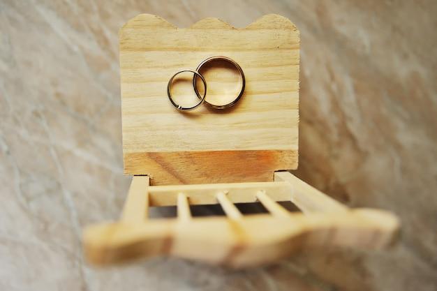 Fedi nuziali su una sedia di legno