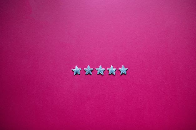 Feedback con cinque stelle sulla lavagna. valutazione del servizio, concetto di soddisfazione