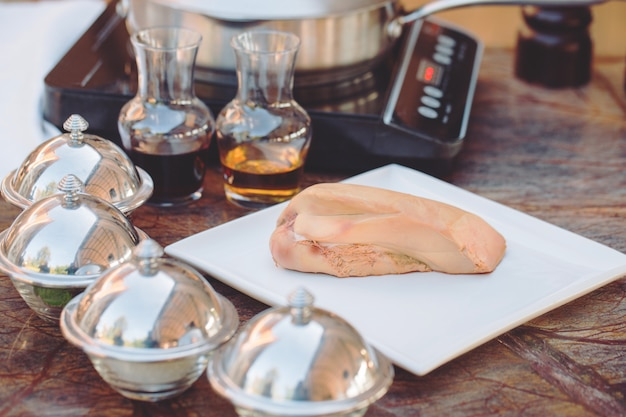 Fegato d'oca su una tavola di legno nel ristorante prima della cottura.