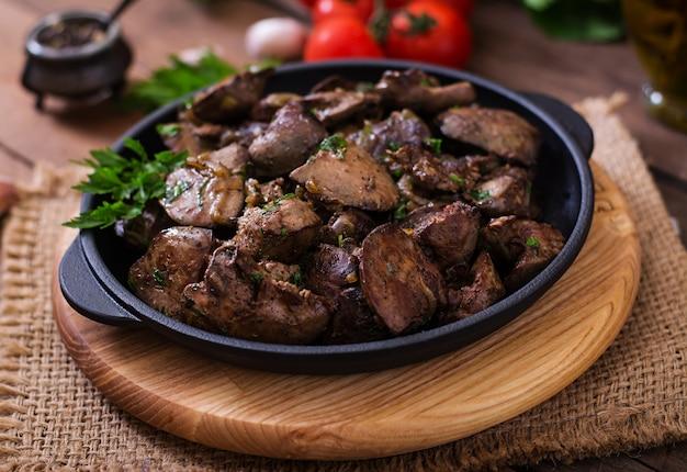 Fegato di pollo fritto con cipolle ed erbe