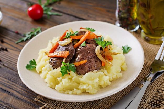 Fegato di pollo fritto con verdure e contorno di purè di patate. cibo salutare