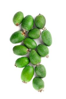 Feijoa succosa e matura isolata on white sana frutta autunnale.