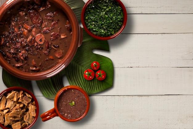 Feijoada brasiliano cibo. vista dall'alto con copia spazio