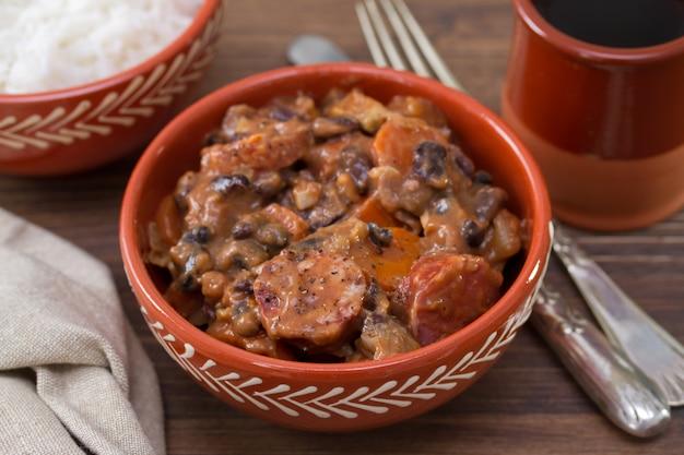Feijoada portoghese tipico del piatto in ciotola di ceramica