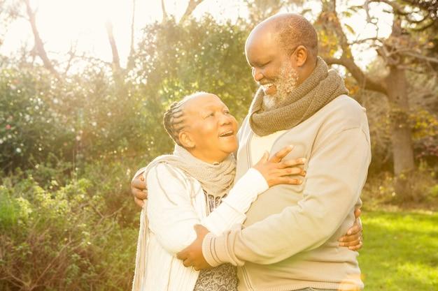 Felice abbraccio di coppia senior pacifica