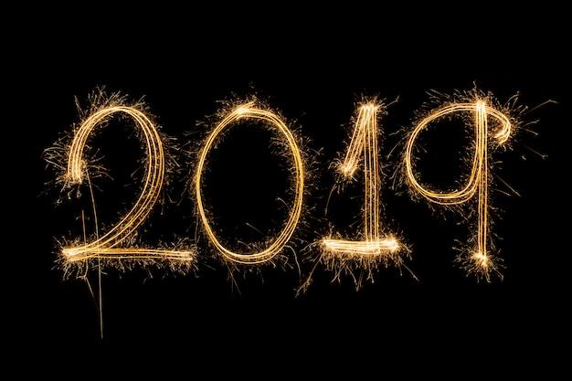 Felice anno nuovo 2019 scritto con i fuochi d'artificio sparkle
