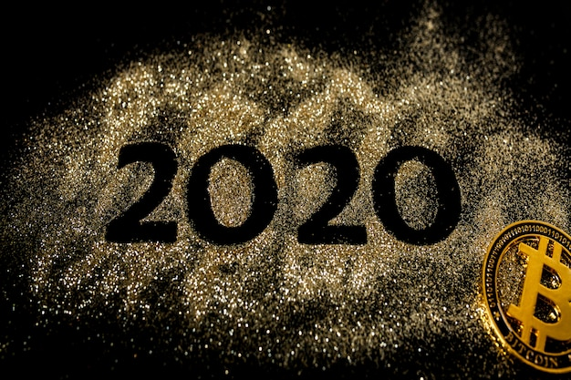 Felice anno nuovo 2020. collage creativo di numeri due e zero costituiva l'anno 2020. splendido numero d'oro scintillante 2020 e bitcoin sul nero