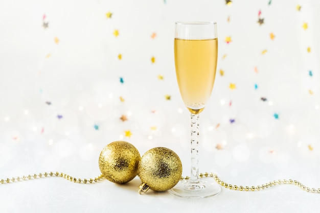 Felice anno nuovo con champagne e decorazioni.