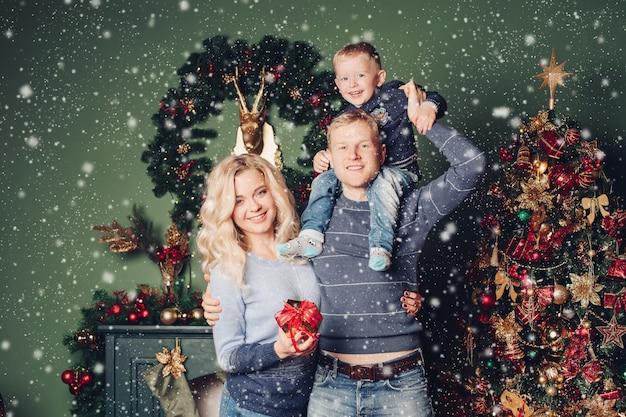 Felice anno nuovo foto portait famiglia felice