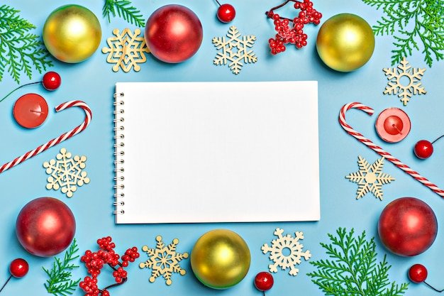 Felice anno nuovo piatto composizione laici con il blocco note, posto per il testo decorazioni di natale su blu b
