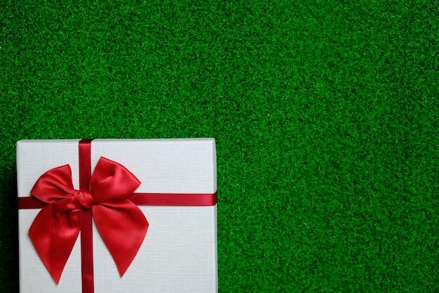 Felice anno nuovo presente. confezione regalo e nastro rosso per natale.